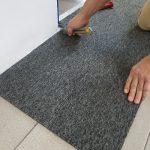 docinanie płyek dywanowych