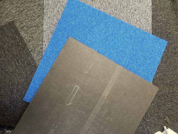 układanie płytek dywanowych
