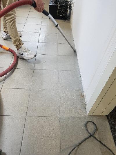 czyszczenie podłogi przedmontażem płytek podłogowych